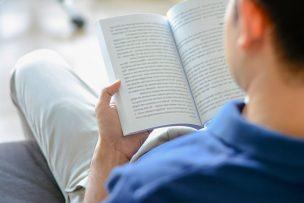 洋書を読む男性
